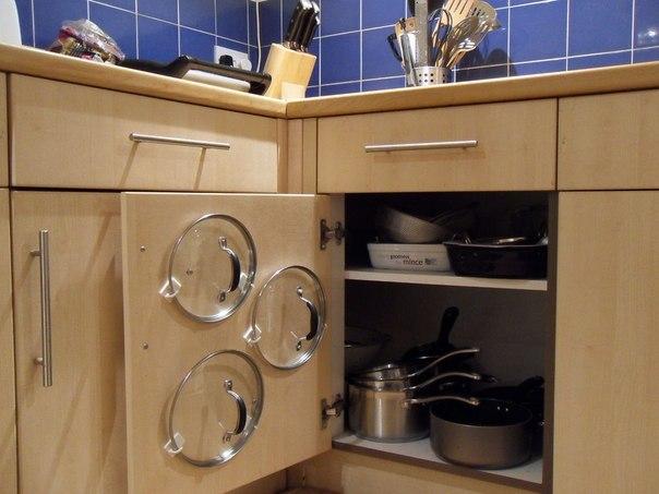 С помощью обычных крючков можно отлично организовать пространство в ящике для посуды.