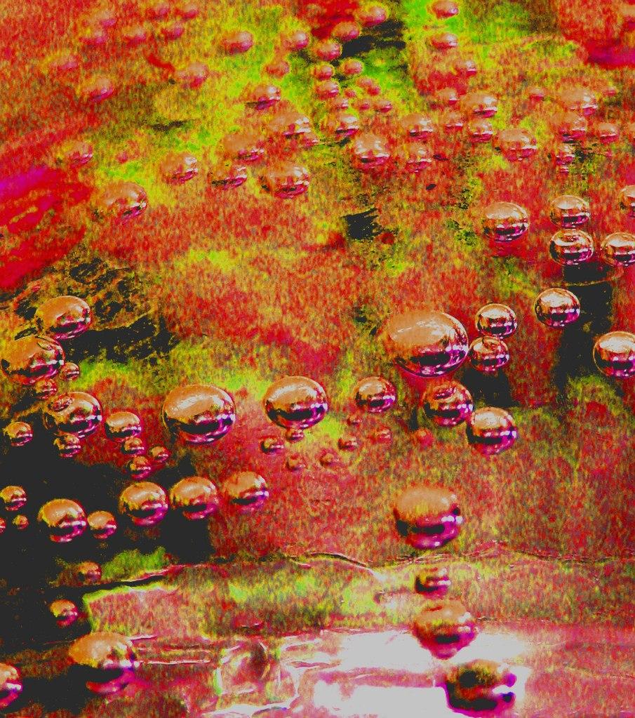 Разве могут быть капельки воды такого необычного цвета?