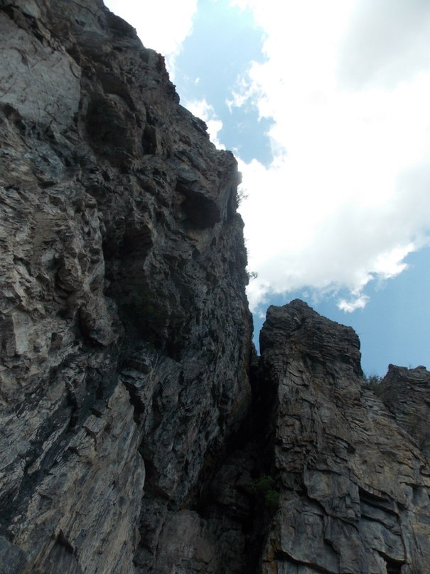 Скалы под самые тучи!