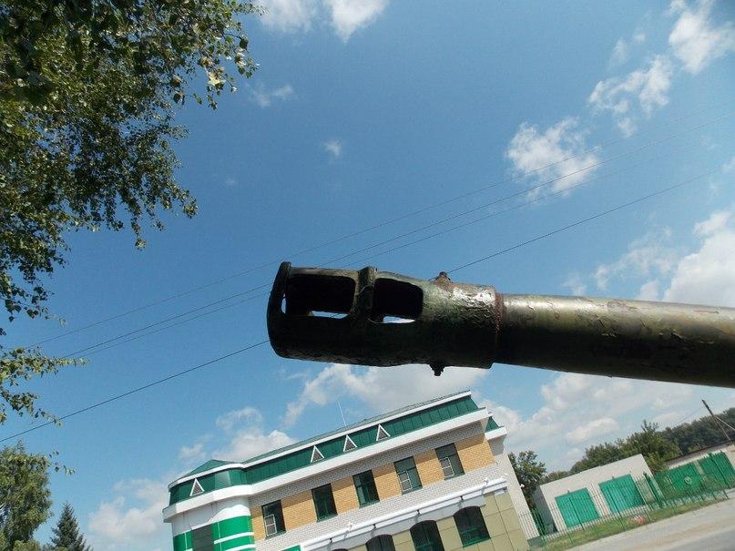 Ствол пушки на фоне Курьинского отделения Сбербанка