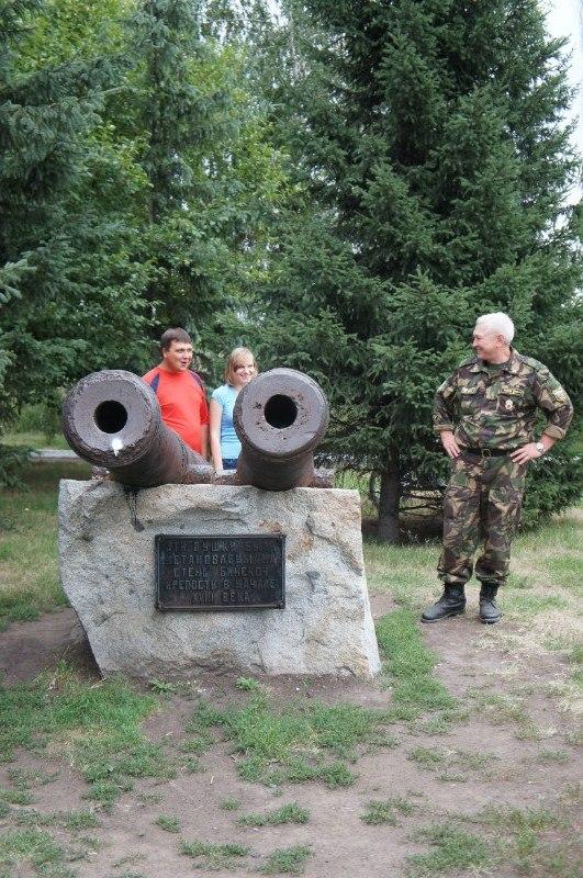 Надпись: Эти пушки были установлены на стены Бийской крепости в начале 18 века