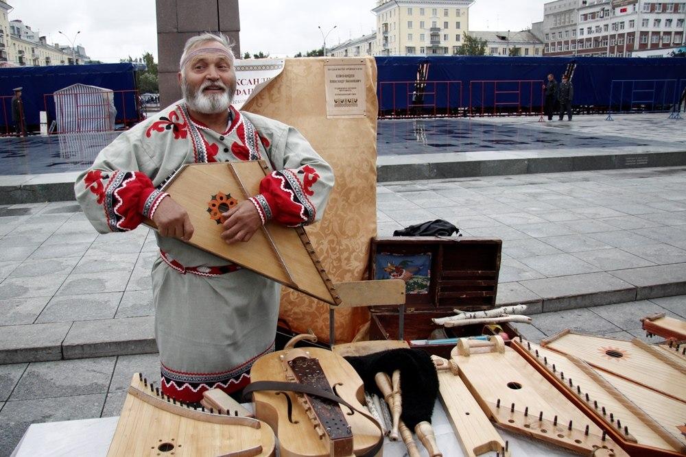 Знаменитый Александр Епифанцев, умеющий играть на десятках музыкальных инструментов