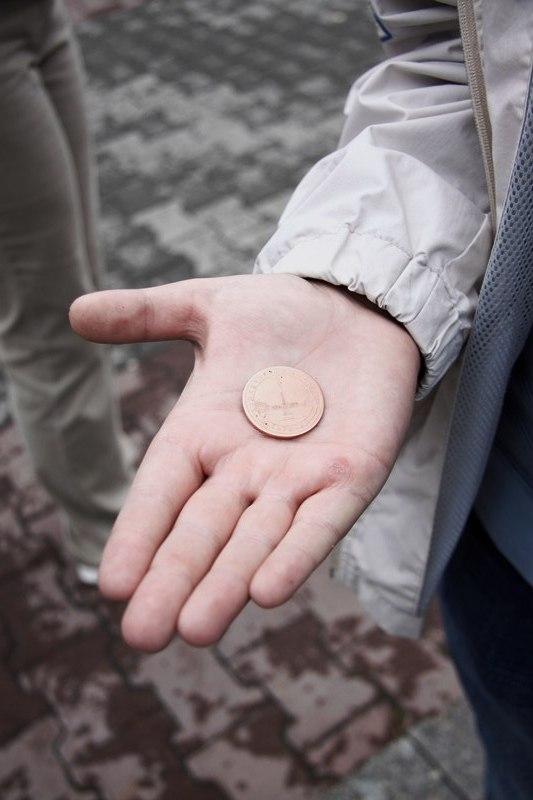 Монетка с изображением Демидовского столба