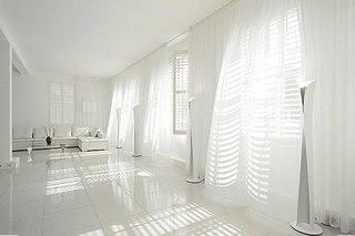 Весь интерьер выполнен в белом цвете с использованием различных фактур.