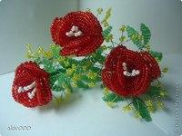 Есть еще один довольно незамысловатый и интересный вариант плетения лепестка, из которого получится, например, роза.
