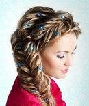 Среди причесок на выпускной на длинные волосы именно локоны неизменно привлекают всеобщее внимание.