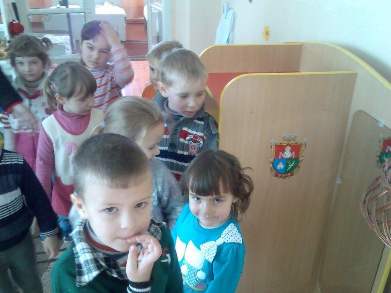 Дітлахи розглядають іграшковий Гардероб