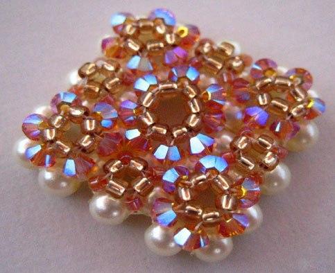 Нравится пост.  Поделись с друзьями!  Вот ещё один пример как могут выглядеть цветочки из бисера на вашем браслете.