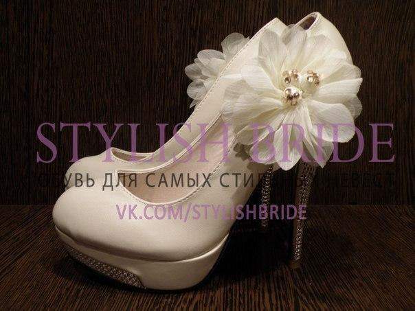Раб лижет туфли госпожи.Госпожа садо мазо. Раб лижет обувь своей госпожи.И