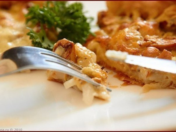 На скорую руку: пирог с  грибами и сметаной.