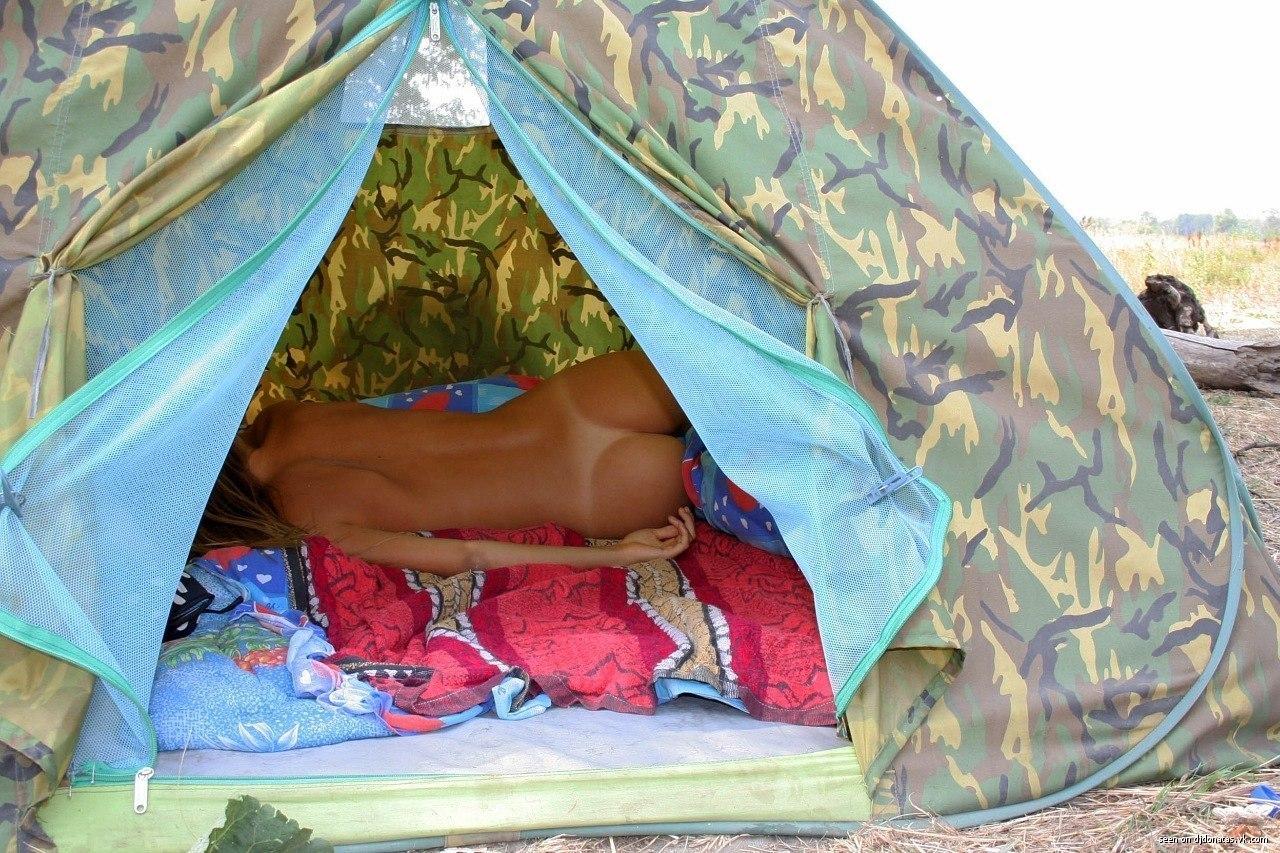 В палатке с девушки