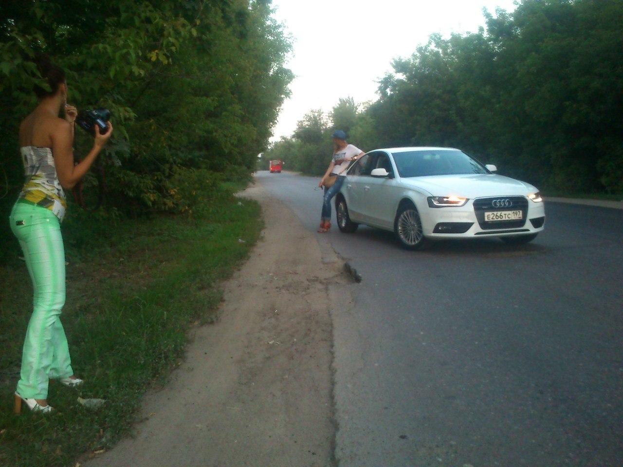 Сексуальная девочка у Audi A4 2012