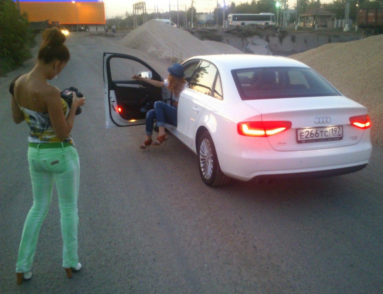 Сексуальная девочка Audi A4 2012