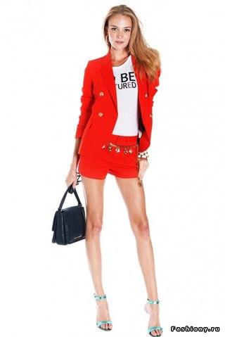 Великолепие одежды подчеркивают: тонкие кружева, рюши, джинсовые тенденции, а.