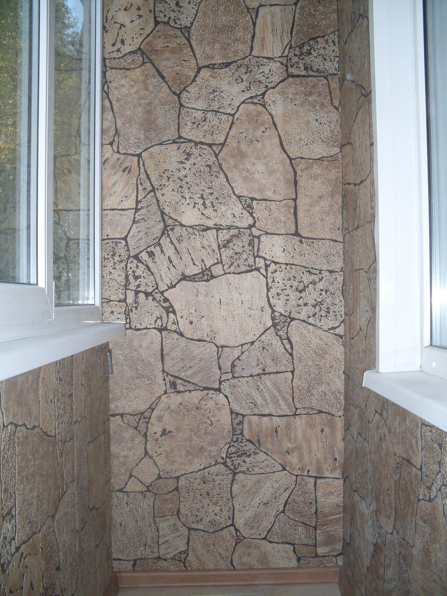 Отделка балкона внутри деревом и камнем.