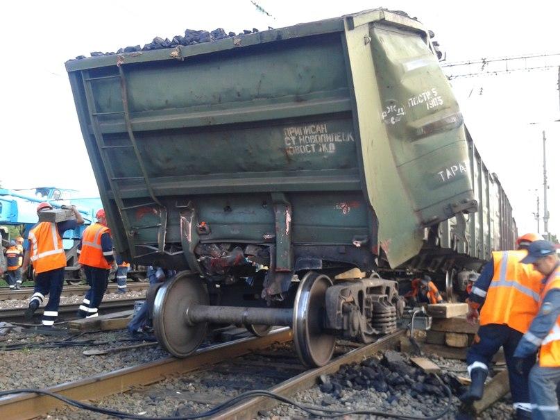Авария на переезде автолавка попала под поезд
