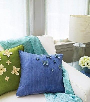 Оформляем подушку цветами