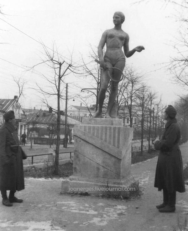 Угорські вояки оглядають радянську статую спортсменки на неіснуючому нині бульварі по вулиці Коцюбинського.