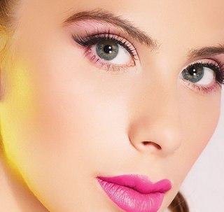 Вечерний макияж для голубых глаз под сереневое платье