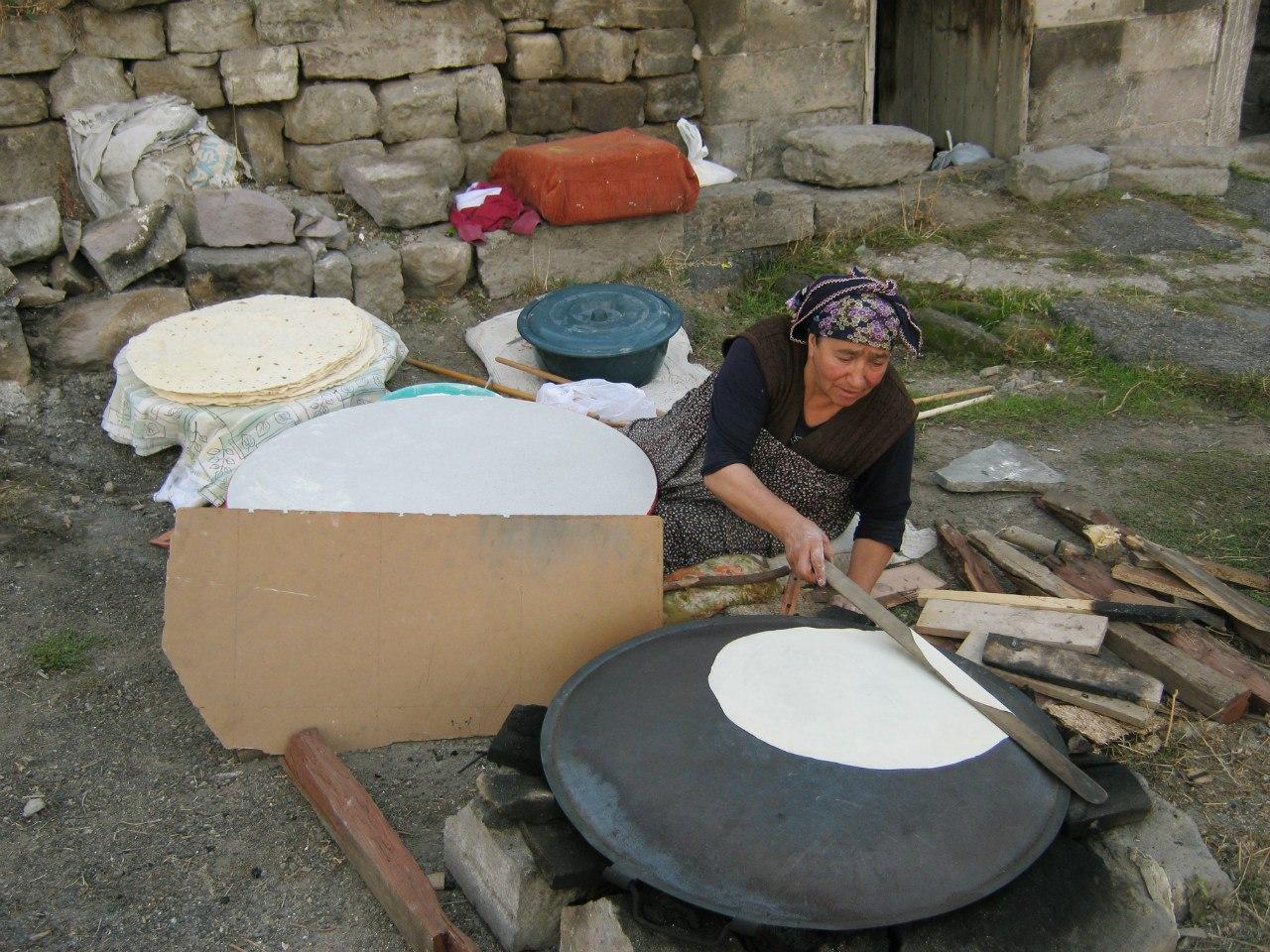 Женщина в Турции делает лаваш