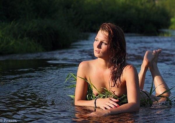 Девушка купается в реке видео Доброго