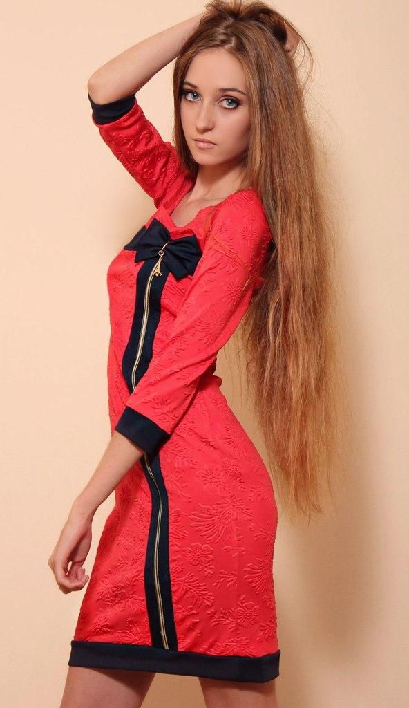 Длинноволосая стройная красотка в красном платье