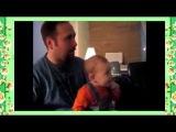 Малыш прикольно смеётся играя с отцом