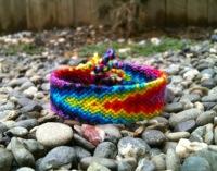 В работе использованы разноцветные нитки и техника косого плетения фенечек.  Схем именно этого браслета нет...