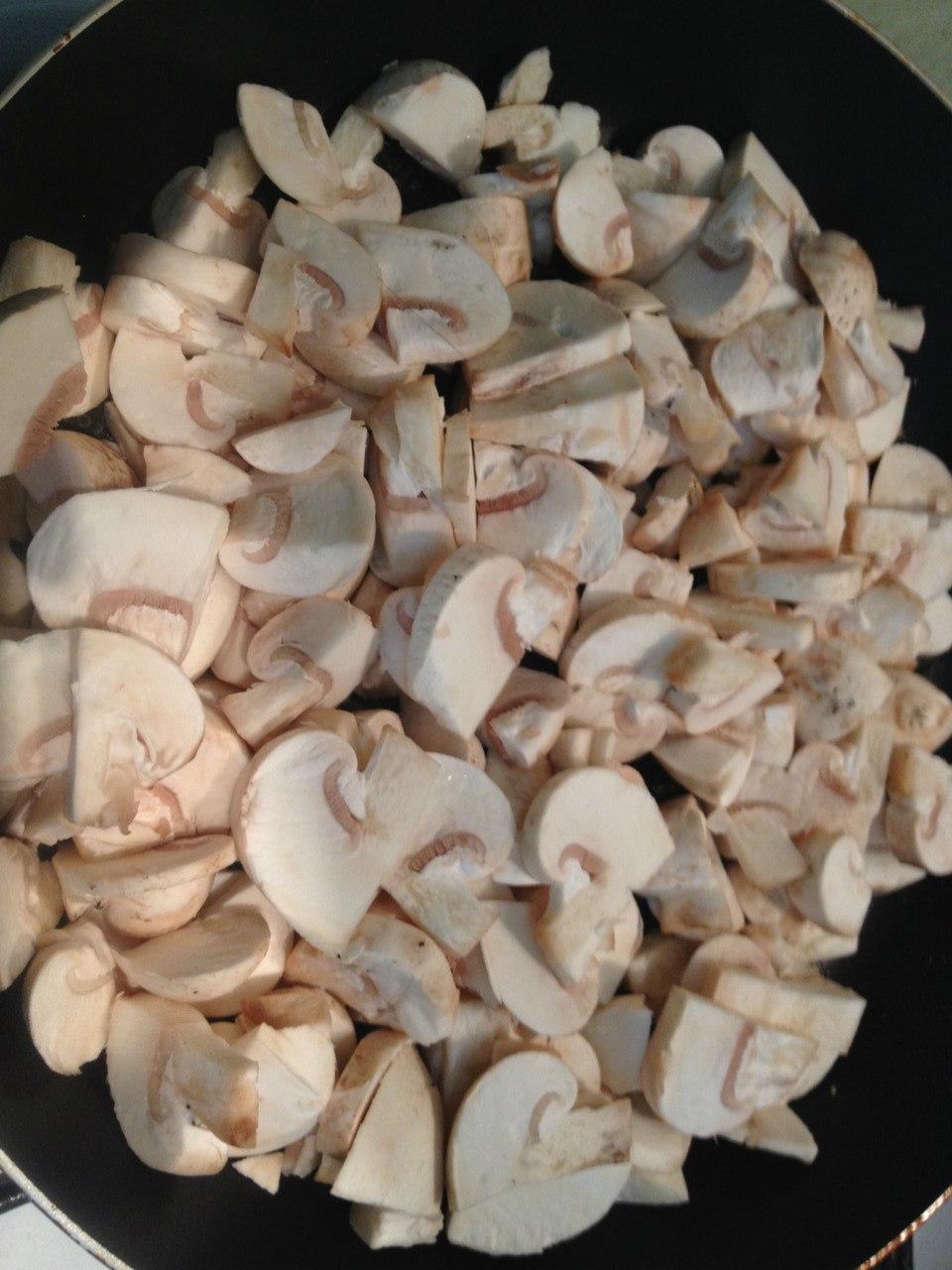 Пирог с капустой и грибами: обжариваем грибы.