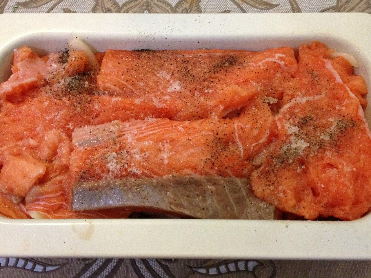 Картофельная запеканка с рыбой: вылаживаем рыбу