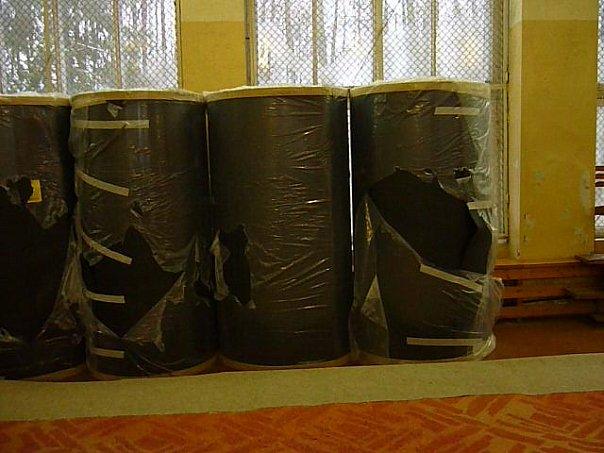 Много тысяч рублей стояли без дела, свёрнутые в рулоны.