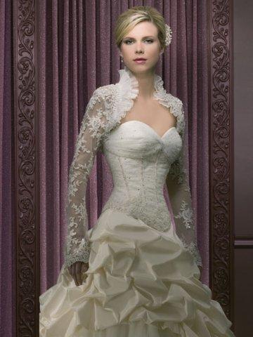 свадебное платье с вырезом декольте в