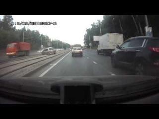 23.08.2013 ДТП КамАЗ откинул Пежо через трамвайные пути на встречную полосу.