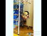 Тренировка с ребенком на шведской стенке.
