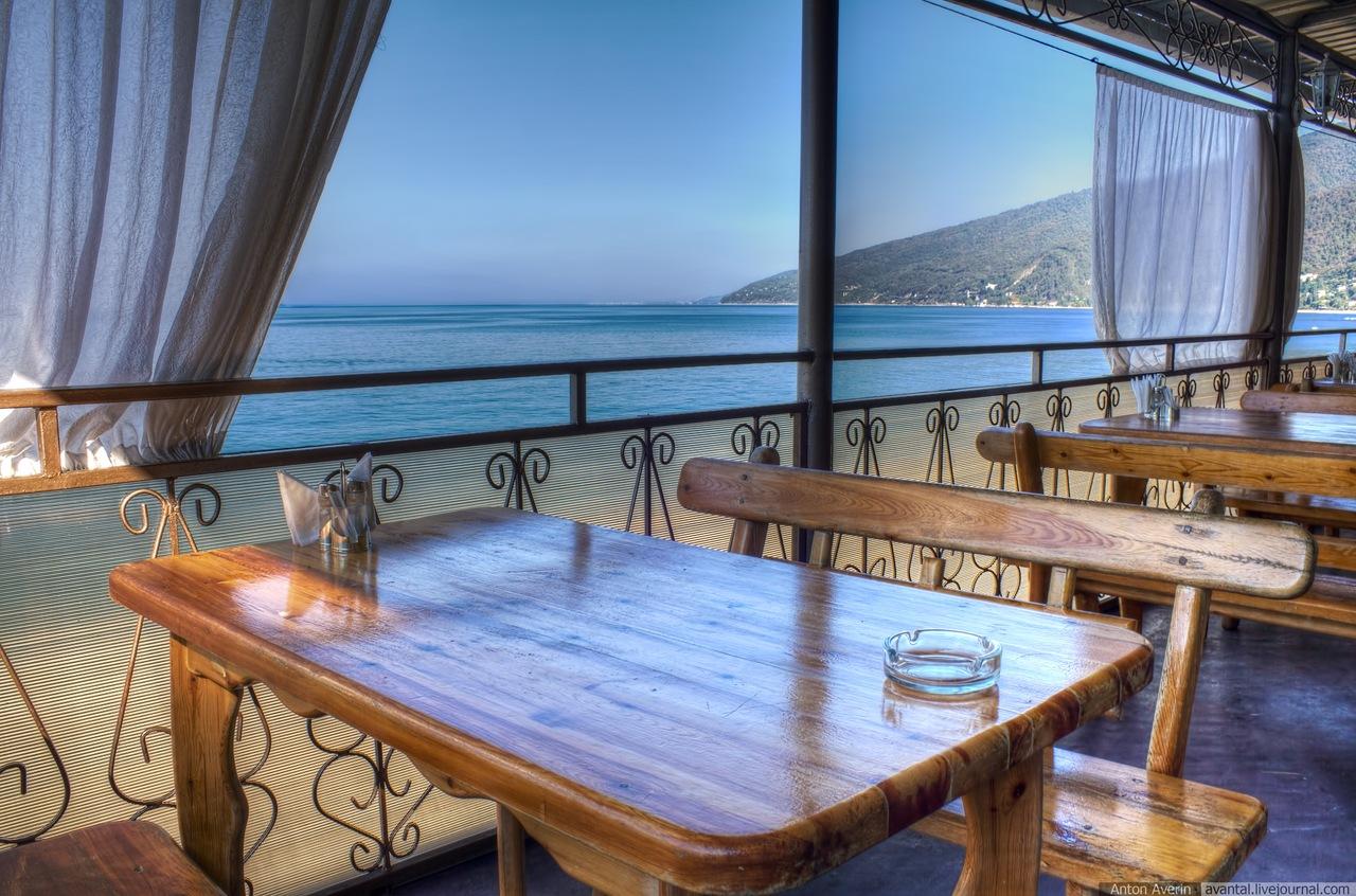 На берегу моря ресторан в крыму