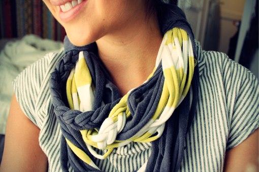 Как сделать шарф из старых маек и тряпок.