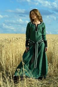 ...женская одежда, как изменялась мода в течении средневековья.  Отдельно.