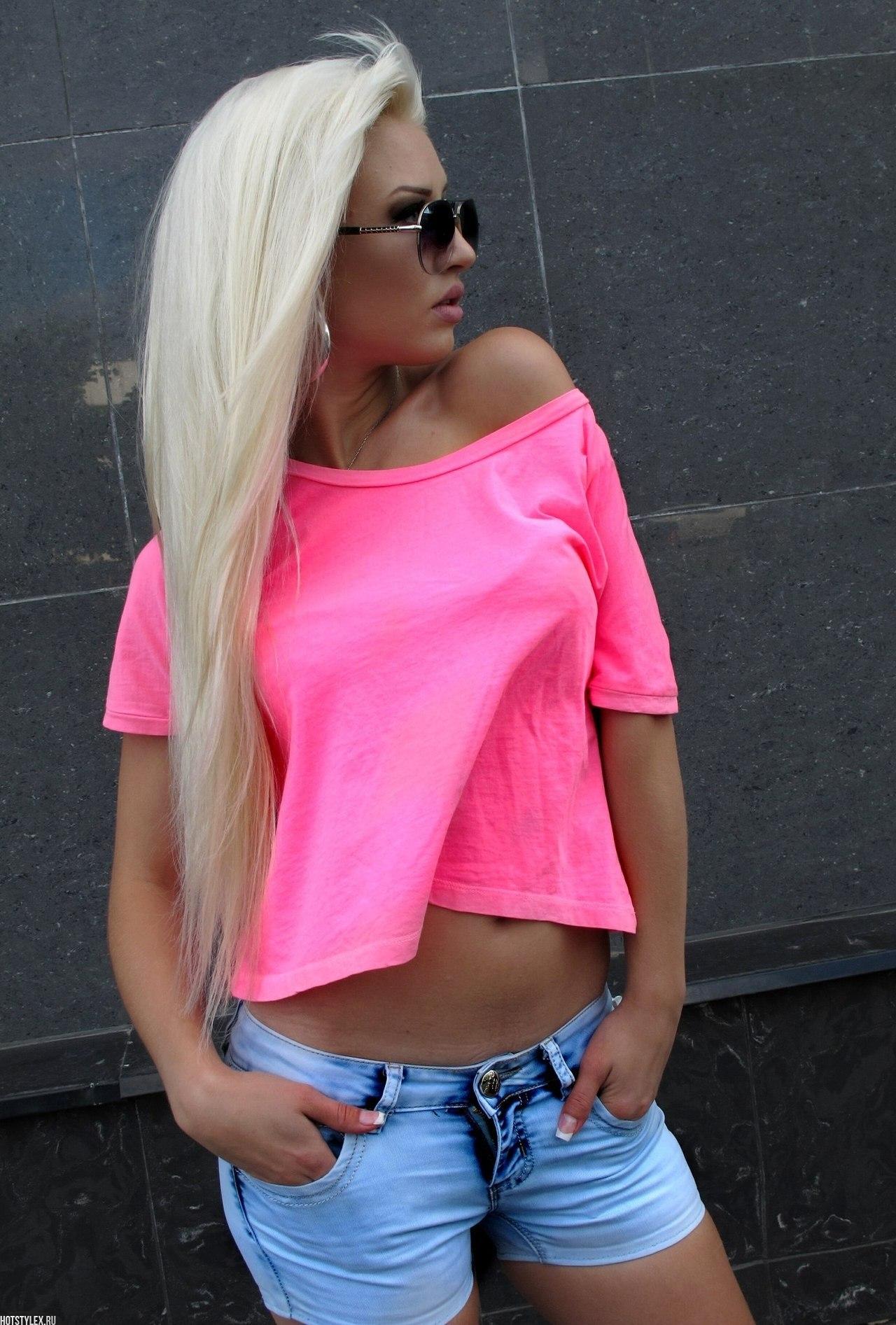фото красивых блондинок на пляже в шпагате