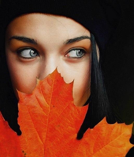 Розумна жінка з жовтим осіннім листком клену фото