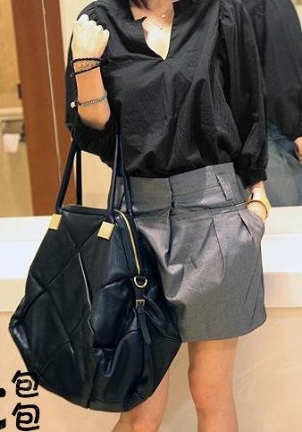 оптом Модная заплечная сумка черного цвета.