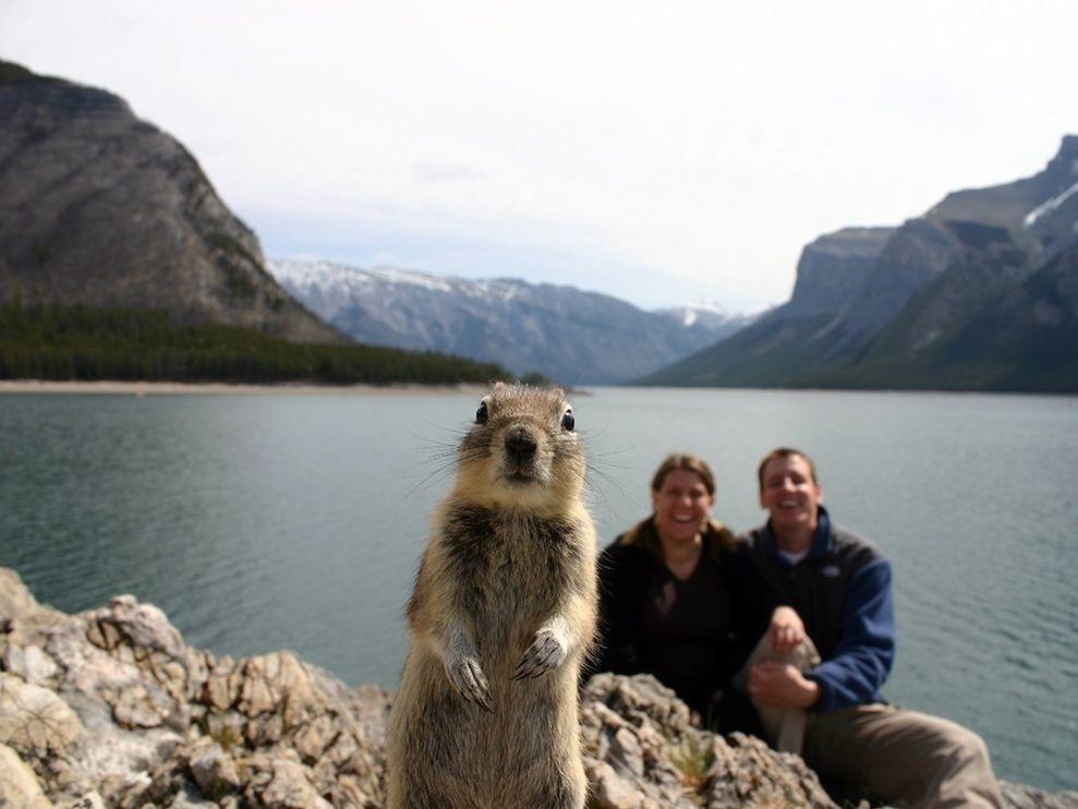 Молодая семейная пара отправилась в поход к озеру в националь…