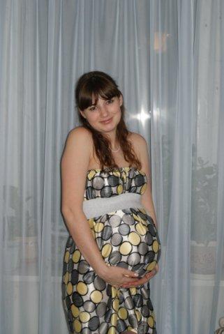 Ну а в новогодний вечер, Болеро надев на плечи, Вышла в платье я к столу, Ох люблю ж я похвалу