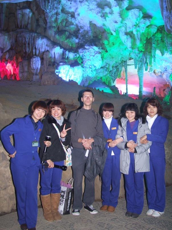 Красивые девушки в китайской пещере