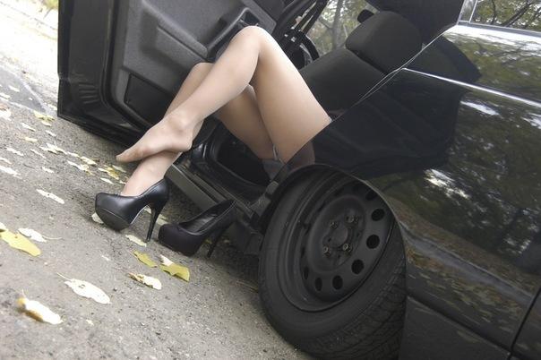 Фото брюнеток возле машин сзади фото 32-787