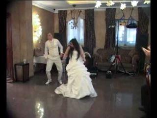 Смешной свадебный танец вот отжигают жених с невестой))сильно ооо
