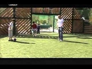 Семья Зиданов играет в футбол у себя во дворе)))