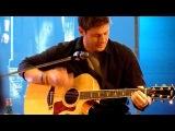 Дженсен Эклз играет на гитаре и поёт. Шикарно поёт!
