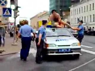 В центре Петербурга голый мужчина залез на машину ДПС   Новости   СПбВодитель