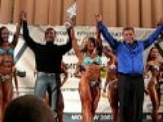 Михаил Дьяконов награждает победительницу WFF World 2007.