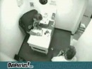 Gars au commissariat de police complétement bourré